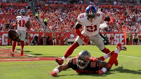 Jabrill Peppers #21 of the Giants defends a