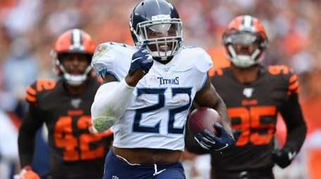 Derrick Henry #22 of the Tennessee Titans outruns