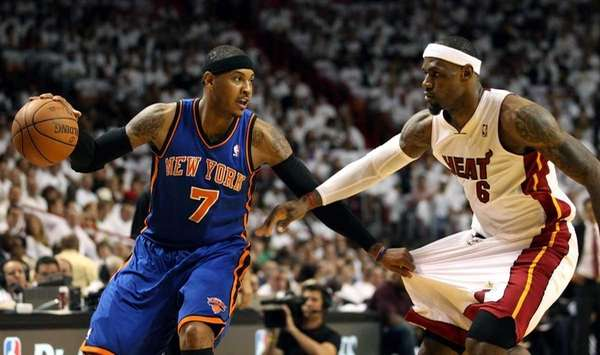 Carmelo Anthony #7 (L) of the New York