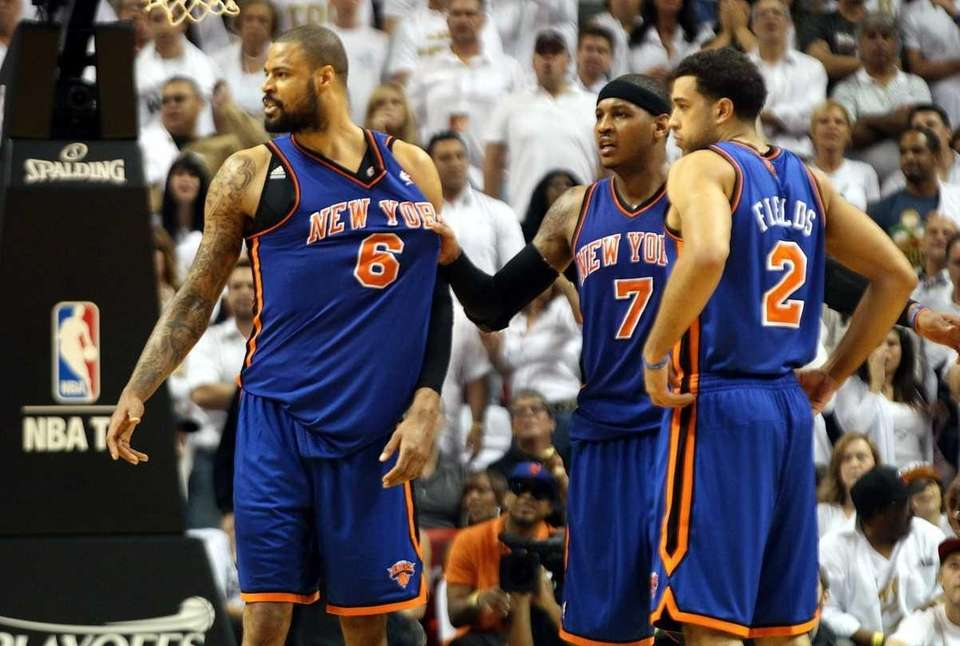Tyson Chandler #6 (L) of the New York