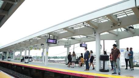 Long Island Rail Road service between Hicksville and