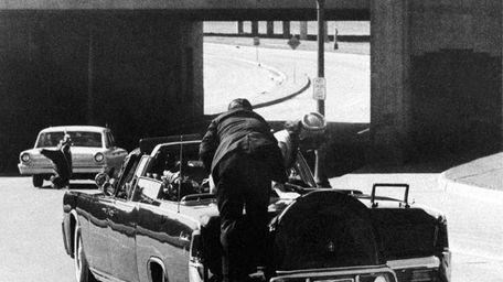 In Dallas, Secret Service agent Clint Hill hangs