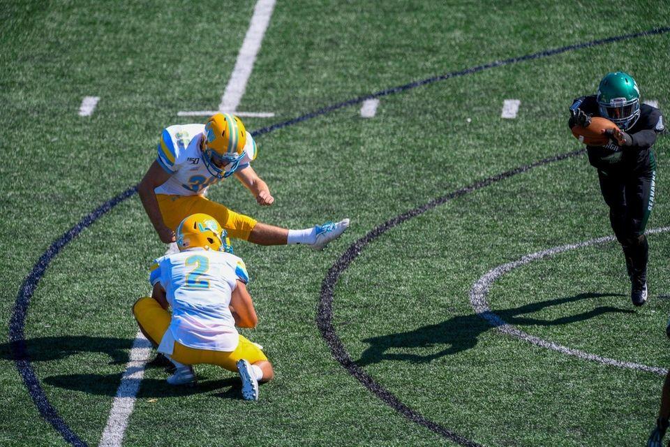 Wagner Seahawks defensive back Myron Morris (4) blocks