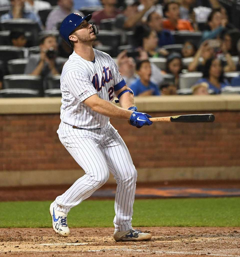 New York Mets' Pete Alonso watches the flight
