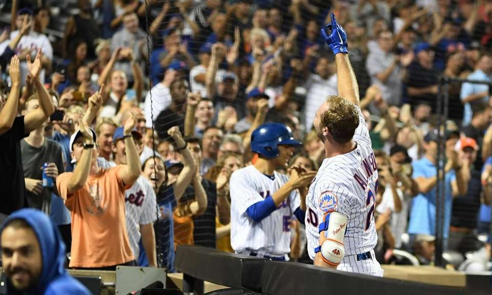 Mets' Pete Alonso reacts to fans after he