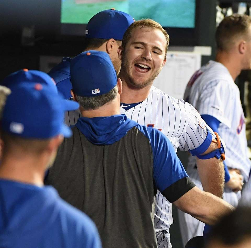 Mets' Pete Alonso is greeted in the dugout