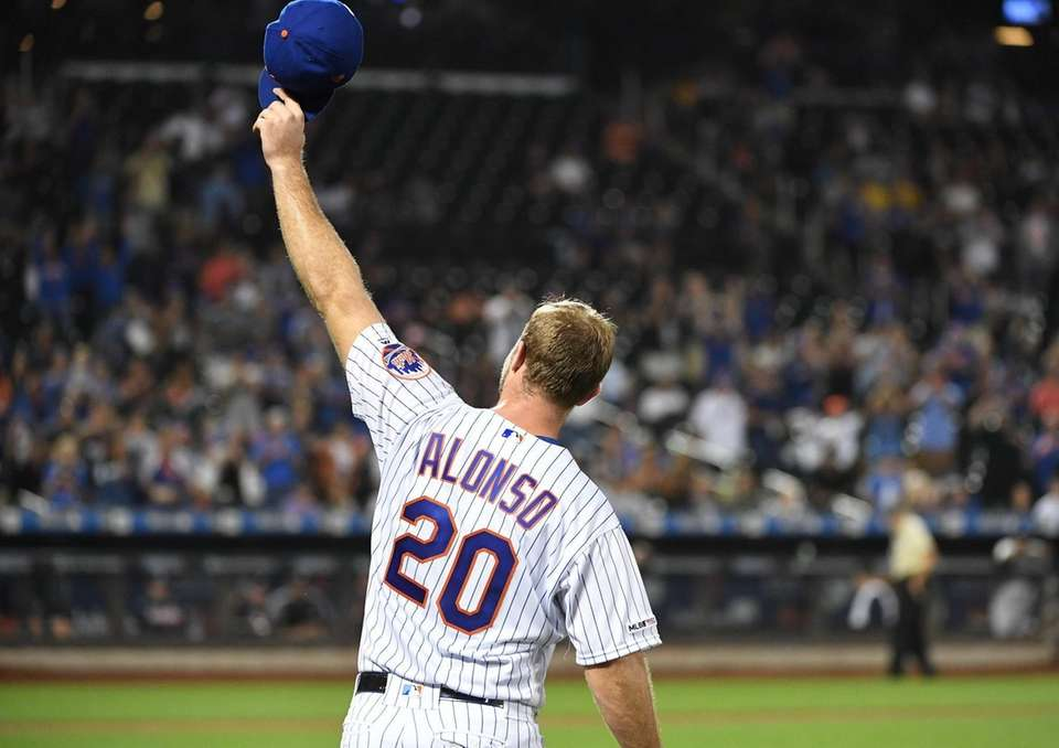 New York Mets' Pete Alonso waves his cap