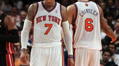 Carmelo Anthony, left, and Tyson Chandler look on