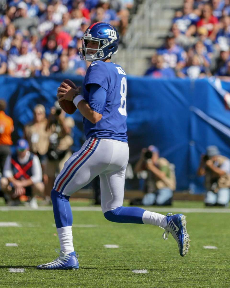 New York Giants quarterback Daniel Jones #8 drops