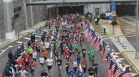 Thousands of runners take part in the Stephen