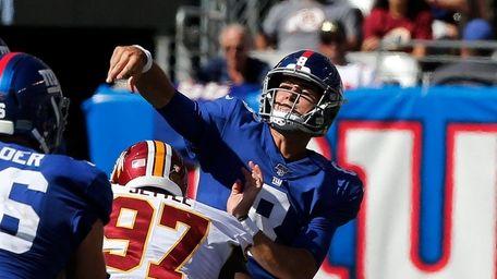 Daniel Jones of the New York Giants throws