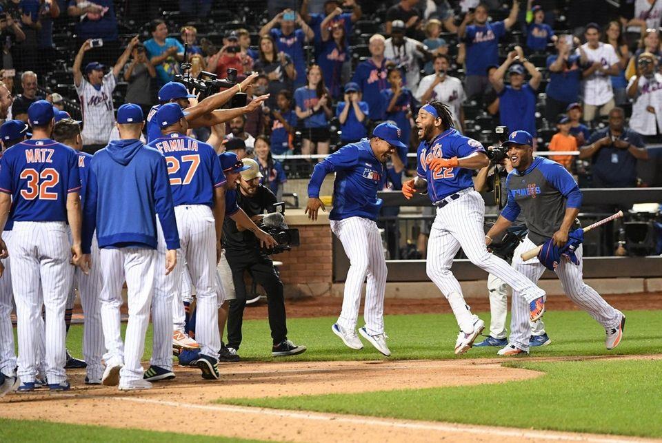 New York Mets' Dominic Smith (22) celebrates with