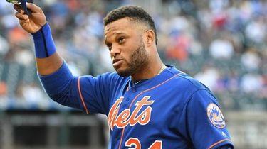 Mets second baseman Robinson Cano tips his cap