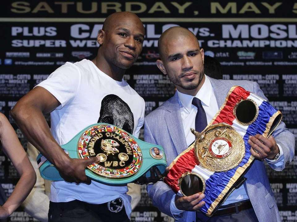 Floyd Mayweather, left, and Miguel Cotto pose for