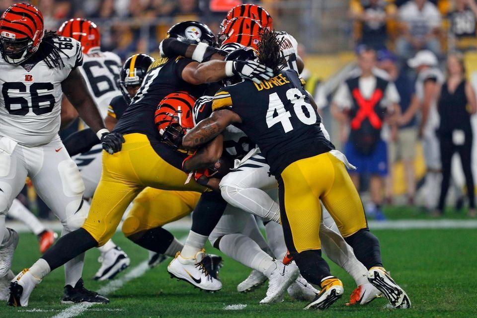 Cincinnati Bengals running back Joe Mixon, center, is