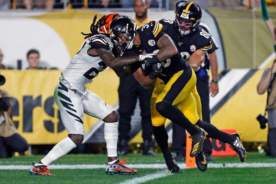 Pittsburgh Steelers running back James Conner scores with