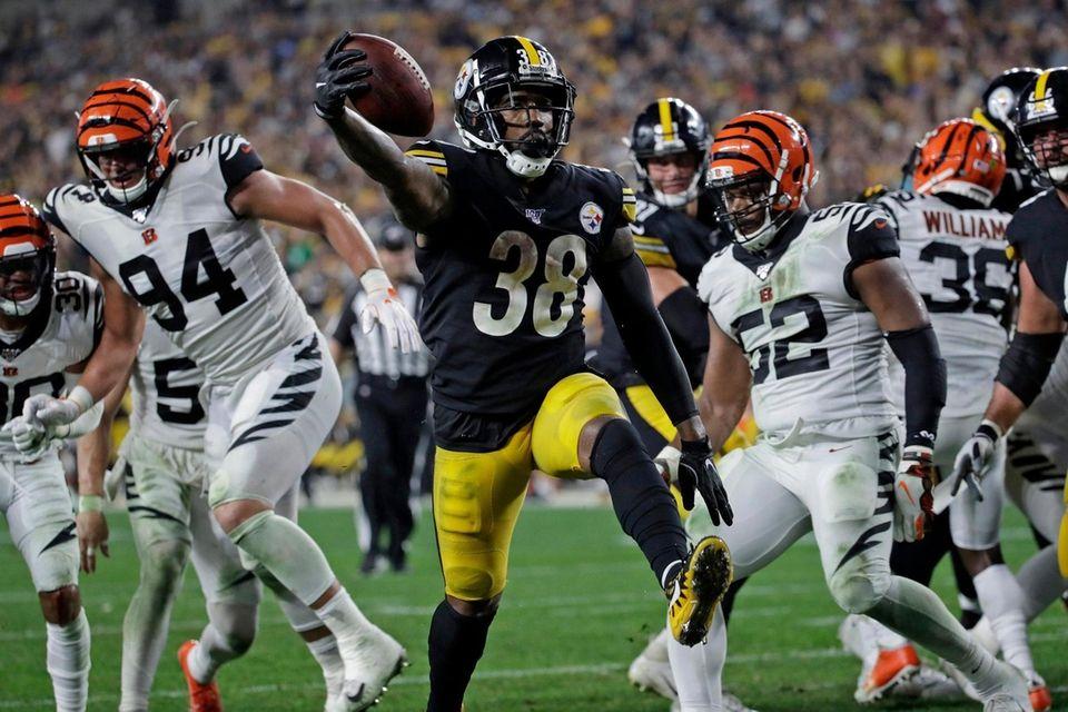 Pittsburgh Steelers running back Jaylen Samuels scores on
