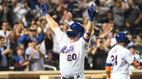 Pete Alonso reacts to Mets fans after he
