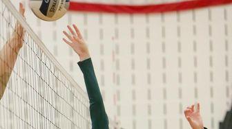 Westhampton's Olivia Jayne (4) plays the ball over