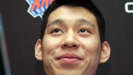 Injured Knicks point guard Jeremy Lin talks to