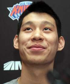Injured Knicks point guard Jeremy Lin talks to