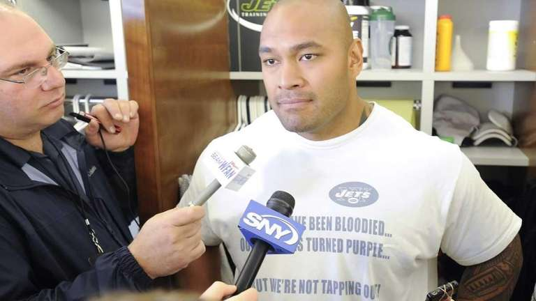 Jets right tackle Wayne Hunter talks to the
