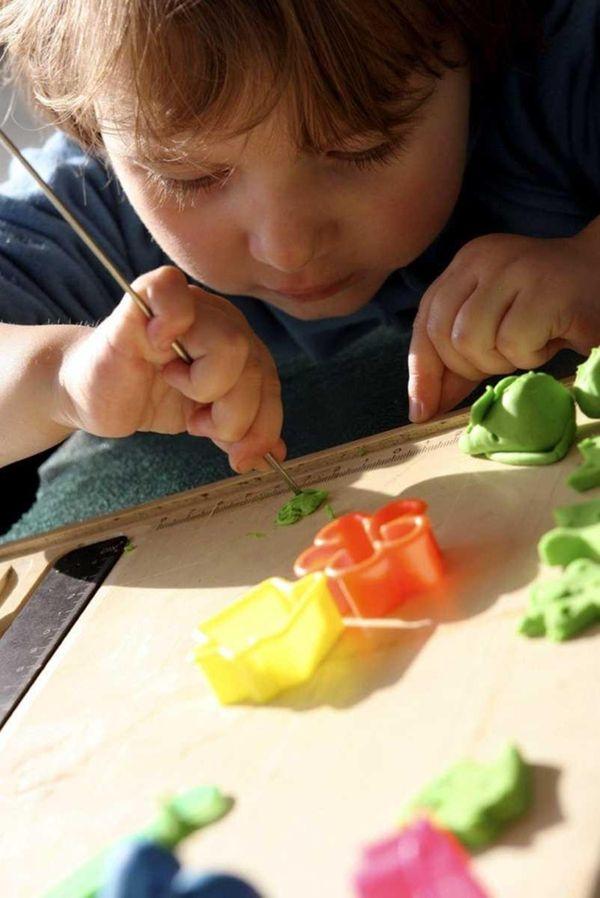 Для малышей оптимальным занятием может стать лепка фигурок из пластилина или...