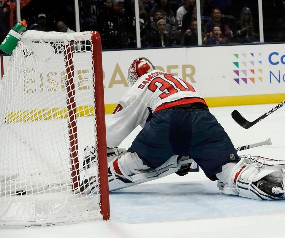 New York Islanders defenseman Devon Toews (25) scores