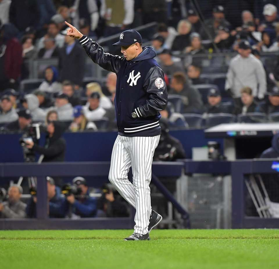 New York Yankees manager Aaron Boone (17) comes