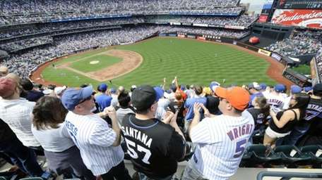 New York Mets' fans celebrate after the Mets'