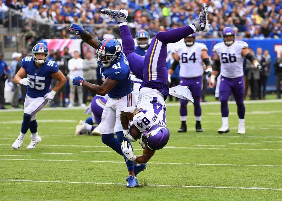 New York Giants free safety Antoine Bethea upends