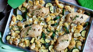 Chicken breasts in lemon-mustard roasted with cauliflower and