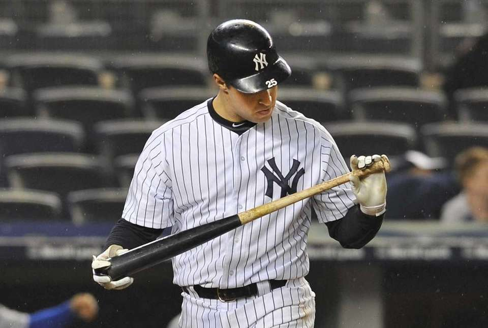 Mark Teixeira checks his bat after fouling off