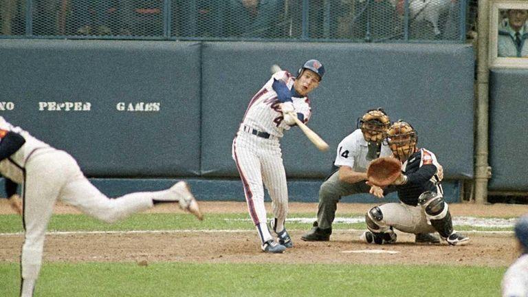 Mets centerfielder Lenny Dykstraswings through his bottom of