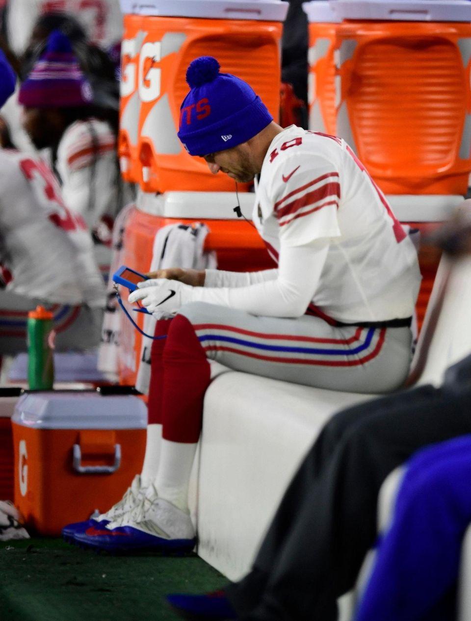 Giants quarterback Eli Manning sits on the bench