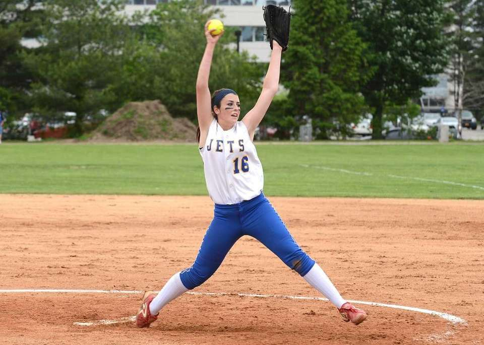East Meadow's Kerri Shapiro pitches against MacArthur during
