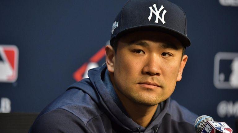 El lanzador abridor de los Yankees, Masahiro Tanaka (19) habla con