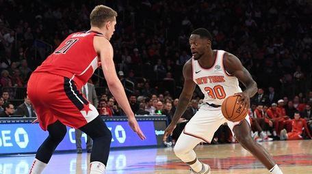 New York Knicks forward Julius Randle is defended