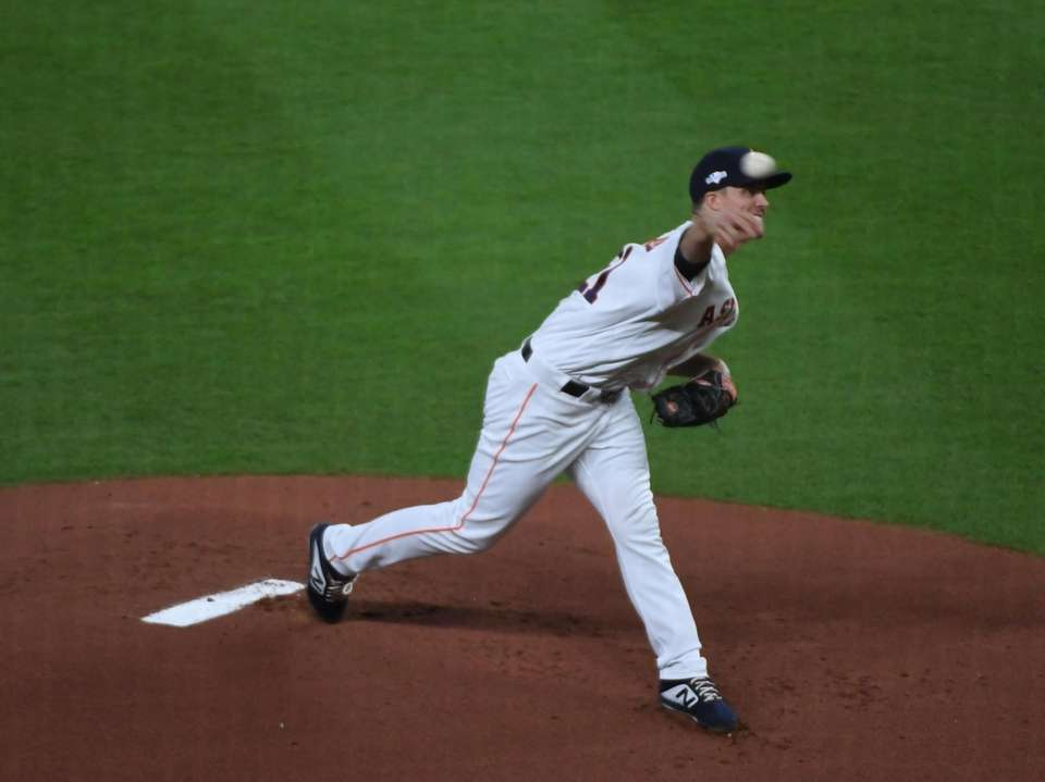 Houston Astros starting pitcher Zack Greinke (21) delivers