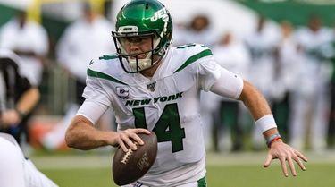 Jets quarterback Sam Darnold scrambles during the first