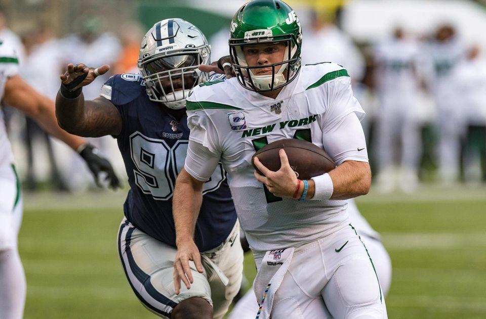 New York Jets quarterback Sam Darnold (14) scrambles