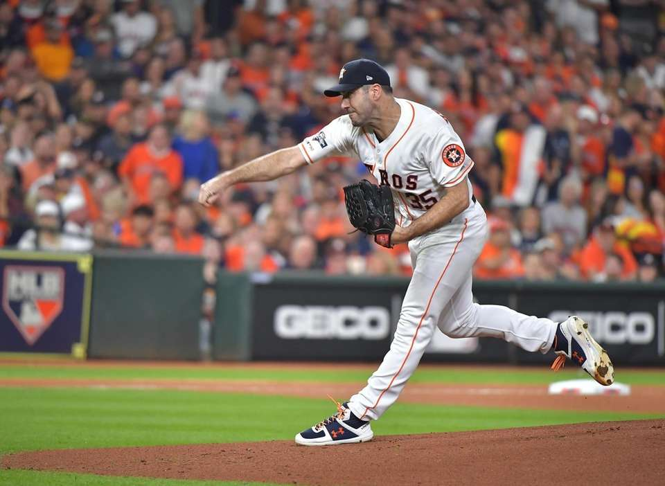 Houston Astros starting pitcher Justin Verlander (35) delivers