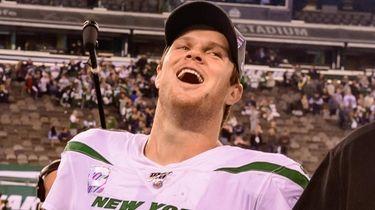 Jets quarterback Sam Darnold celebrates after defeating the