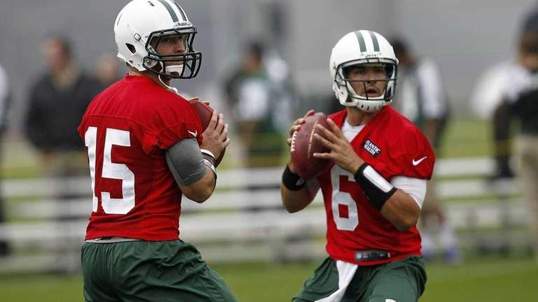 Tim Tebow #15 and Mark Sanchez #6 of