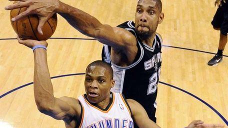 San Antonio Spurs center Tim Duncan (21) blocks