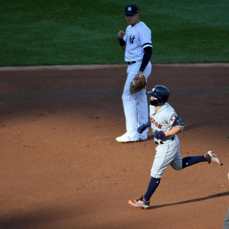 Houston Astros second baseman Jose Altuve (27) rounds