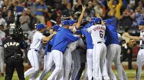 Mets teammates mob Johan Santana after he pitched