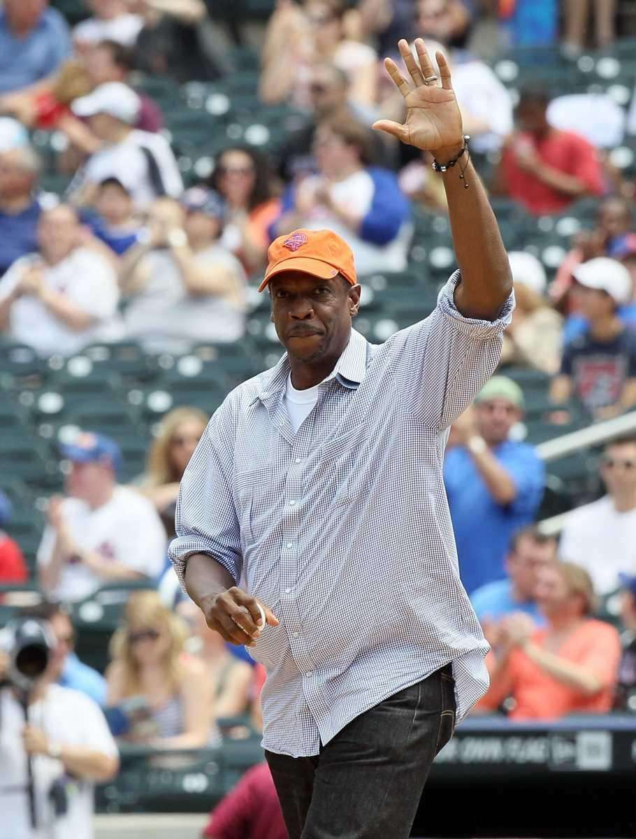 Former Met Dwight Gooden waves to the crowd
