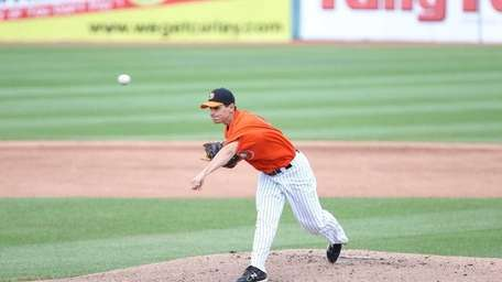 Eric Niesen of the Ducks throws a pitch.