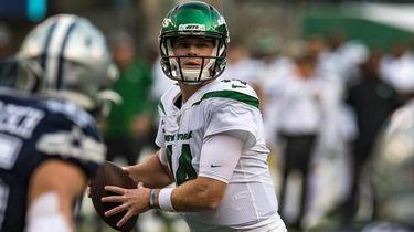 Jets quarterback Sam Darnold (14) looks to throw